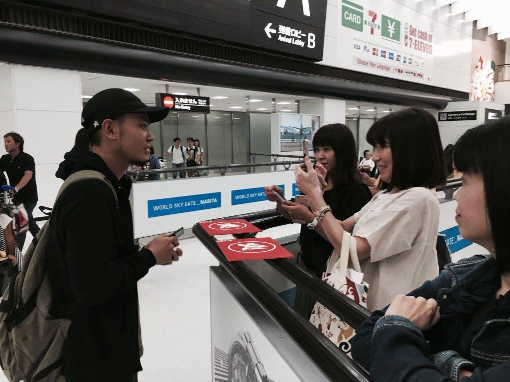 成田機場集結自製滅火器看板日本歌迷熱情接機