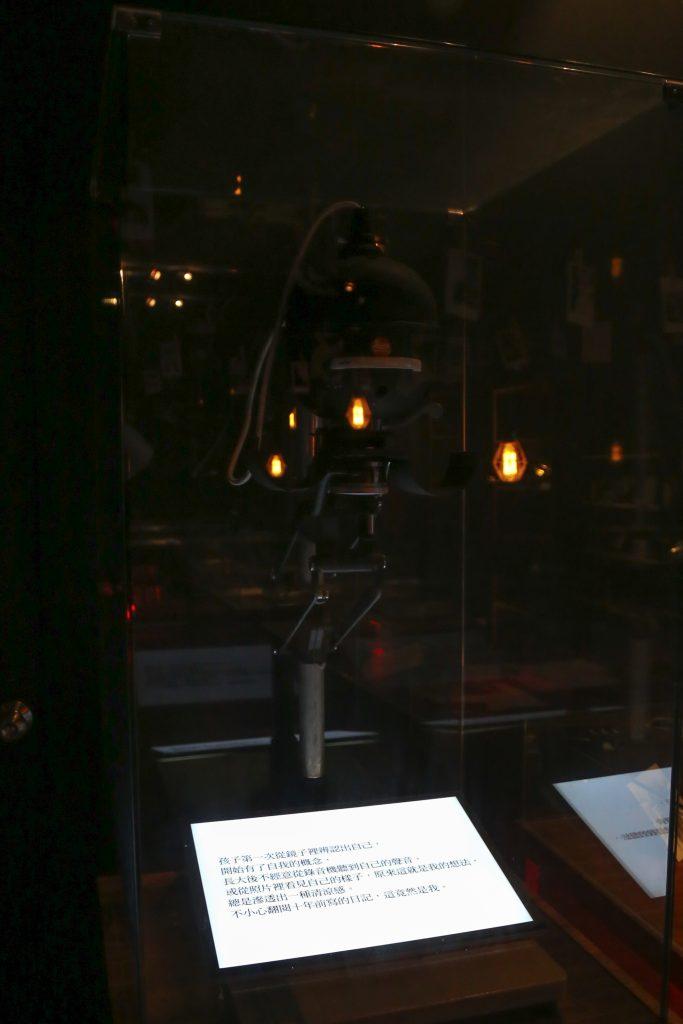 為了呈現真實暗房的場景,特地向達蓋爾暗房工作室陳豐毅老師,借來了歷史 80 年的珍貴古董放大機。