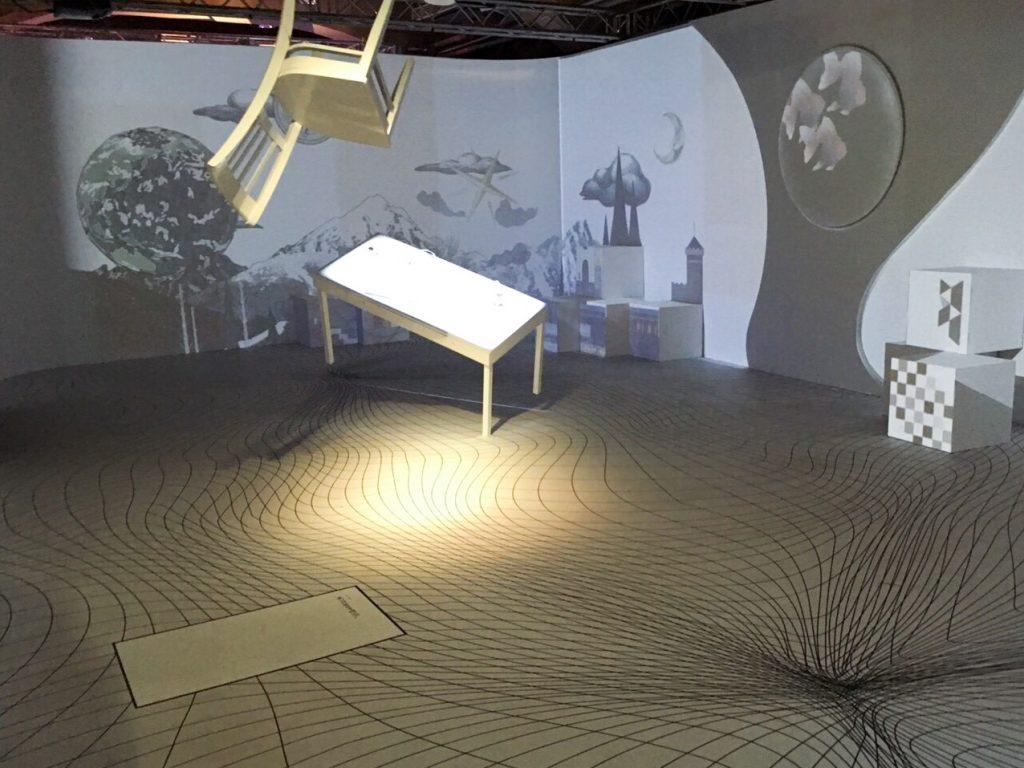 展區內的長 L 型投影空間,運用對位演算技術呈現環景投影。